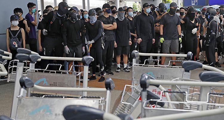 Människor klädda i svart står uppställda på rad.