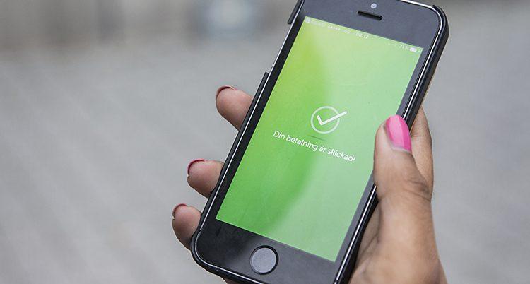 En grön ruta i mobilen visar att betalningen har fungerat.
