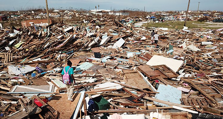 En markyta täckt med bråte efter raserade hus.