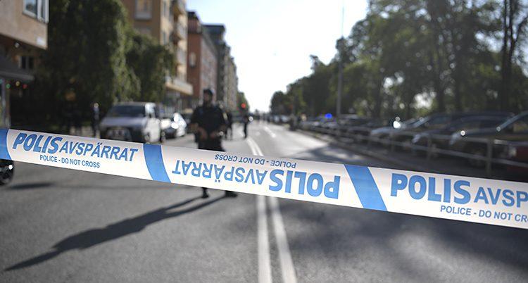 En polis står på en gata. Det