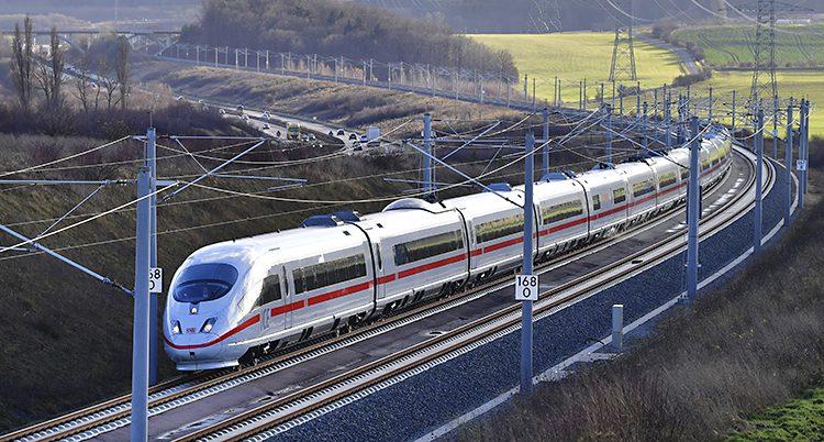 Ett vitt tåg åker på tågräls i Tyskland.