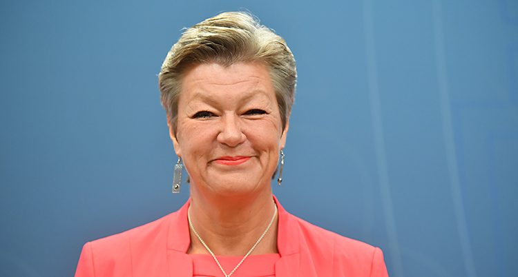 Ylva Johansson ser glad ut