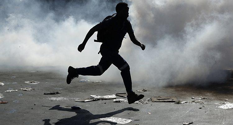 Skuggan av en man springer genom vit gas