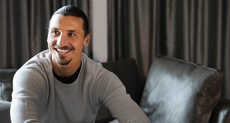 Närbild på Zlatan. Han ler och tittar åt sidan.