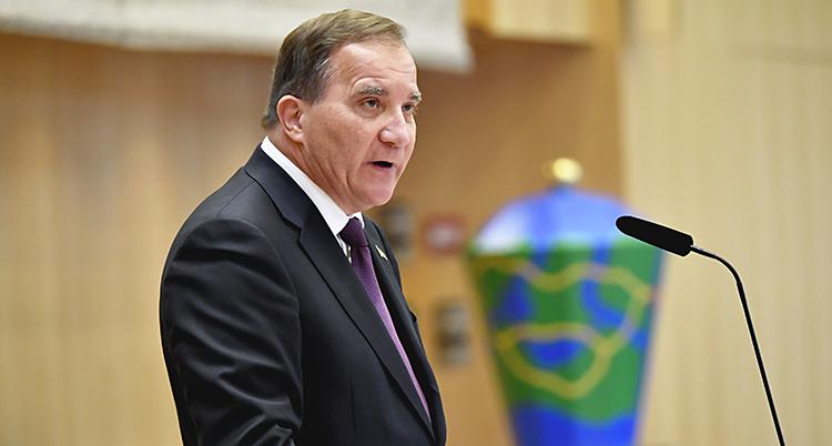 Stefan Löfven i talarstolen. Han ser allvarlig ut.