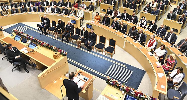 Bild ovanifrån. Stefan Löfven och en del av riksdagen syns.