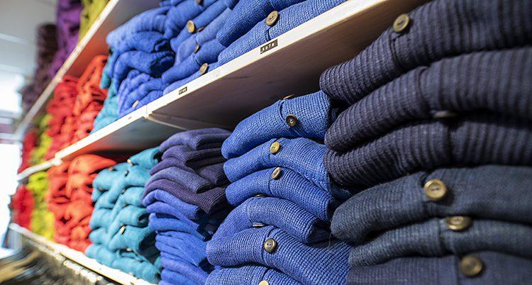 Hyllor med massor av nya tröjor.