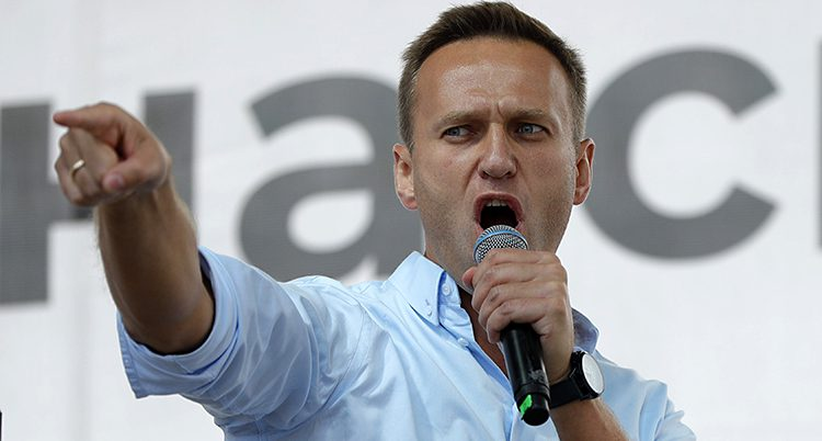 Aleksej Navalnyj pratar i mikrofon och pekar med ena handen
