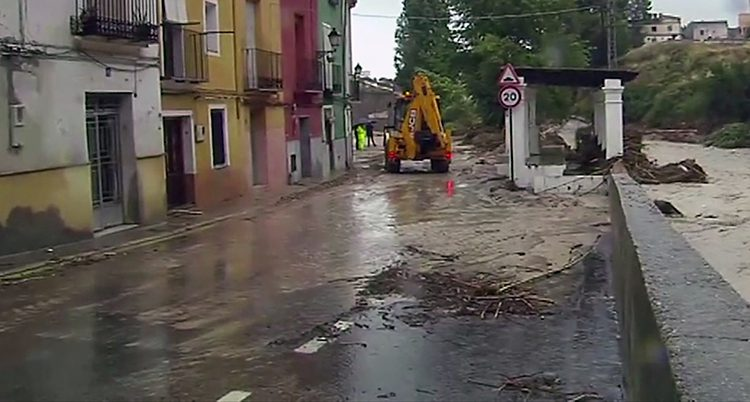 En gata täckt med vatten