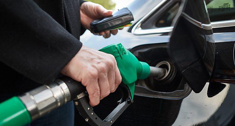 En bil tankas med bensin.
