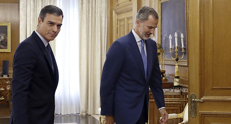 Pedro Sanchéz går bakom kungen på väg in i ett mötesrum