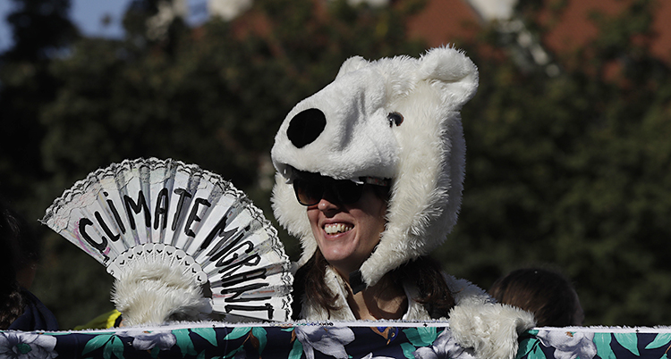 En kvinan utklädd till isbjörn.