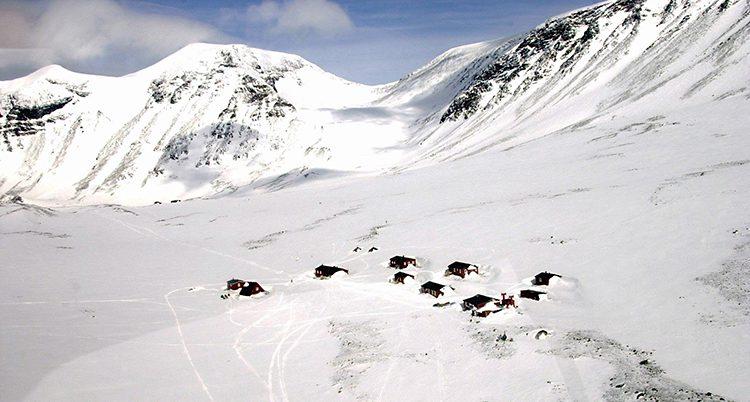Tarfala i Kebnekaises fjäll är täckta av snö.