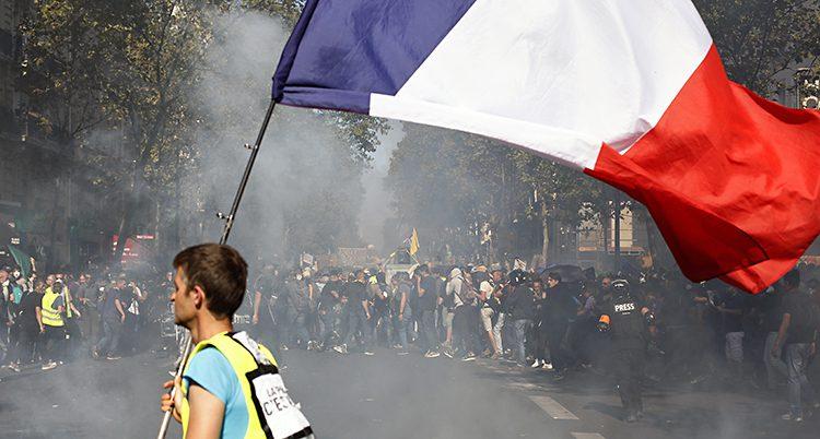 Demonstranter på en gata i Paris.