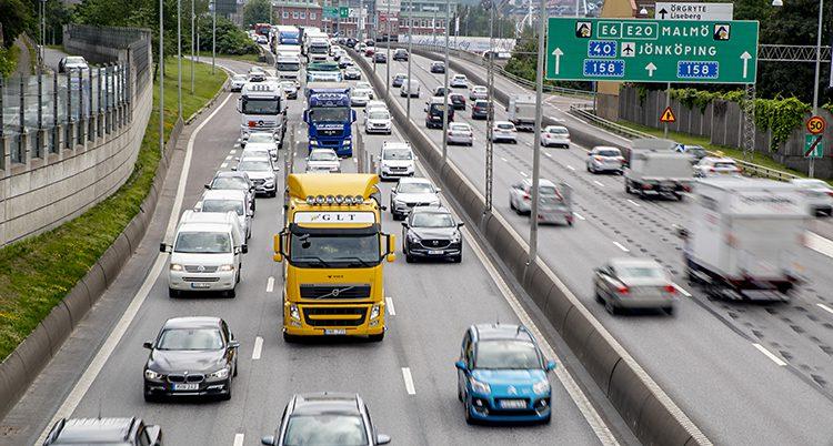 Många bilar på kör på en motorväg.