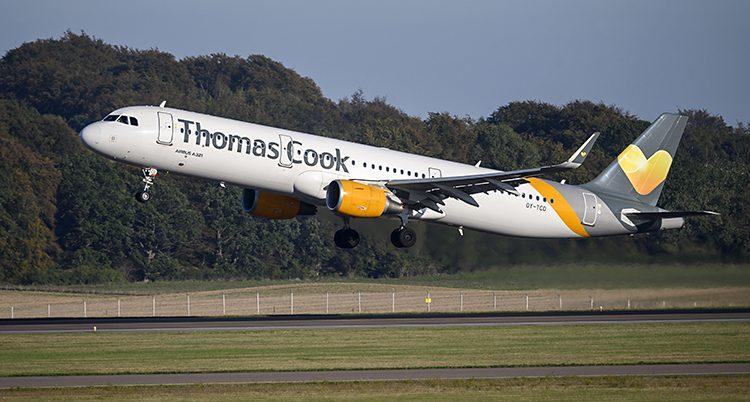 Ett plan lyfter från en flygplats. Det står Thomas Cook på planet.
