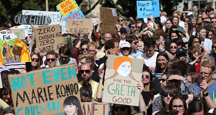 Tusentals människor strejkar i staden Wellington i Nya Zeeland.