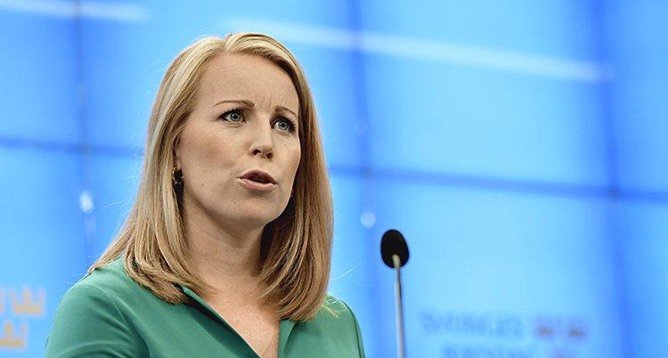 Närbild på Annie Lööf som, ser bekymrad ut. Hon talar i en mikrofon.