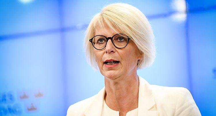 Elisabeth Svantesson har ljust hår, glasögon och vit kavaj