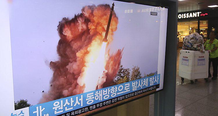 Bilden visar en tv-skärm i Sydkorea. På tv:n syns en raket som skjuts iväg i ett moln av eld. I botten av tv-rutan syns koreanska tecken.