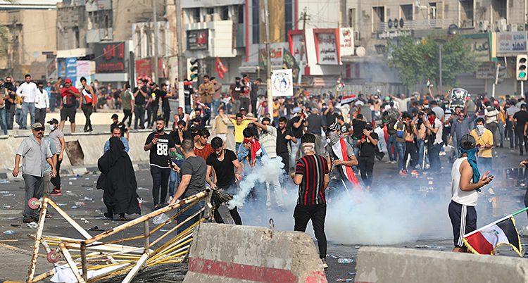 människor har gått ut på gatorna i huvudstaden Bagdad. De protesterar mot landets regering.