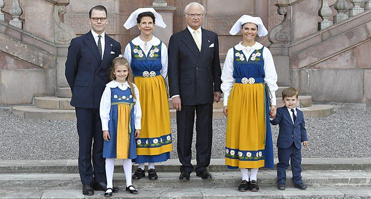 Familjen står utanför slottet i Stockholm. Kvinnorna har nationaldräkt och männen har kostym