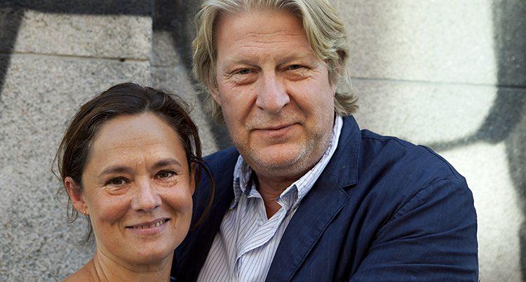 Pernilla August och Rolf Lassgård kramar om varandra o tittar in i kameran.
