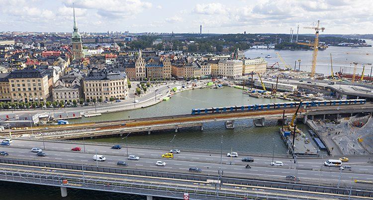 Bild över centrala Stockholm. Bilar kör på vägarna.