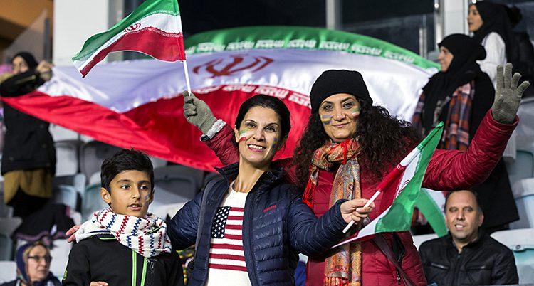Glada kvinnor viktar med iranska flaggor