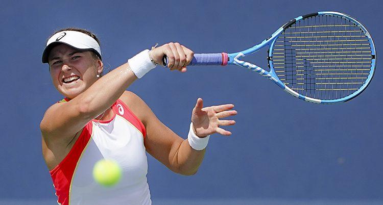 Rebecca Peterson håller upp racketen och bollen flyger i luften