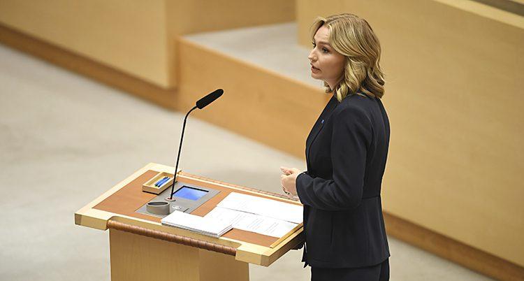Ebba Busch Thor har svart kavaj när hon pratar i riksdagen