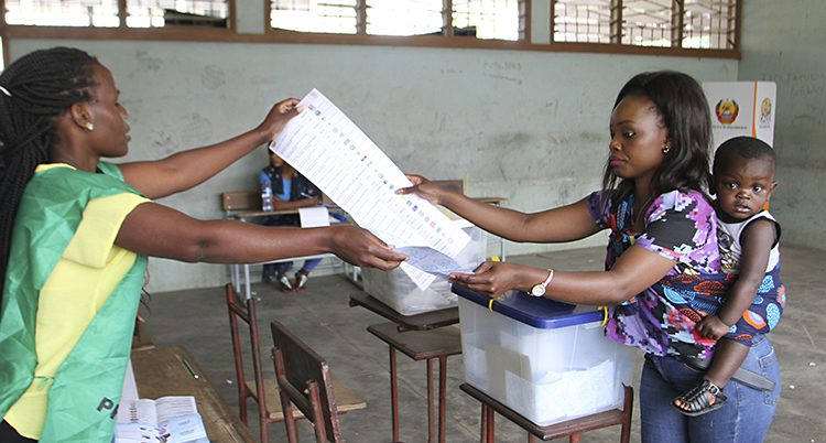 En kvinna röstar i Mocambique.