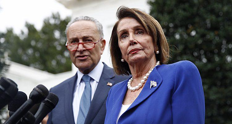 Bilden visar två personer. En man til vänster som har kostym, glasögon och grått hår. Och en kvinna till höger med blå kavaj och ett vitt halsband.