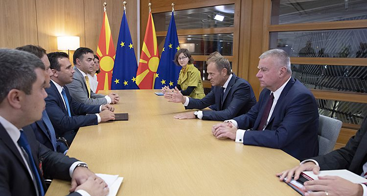Flera personer sitter vid ett bord. EUs ordförande Donald Tusk pratar med Nordmakedoniens ledare Zoran Zaev.