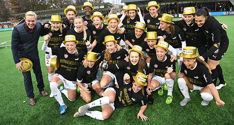 Spelarna ser glada ut och har guldiga hattar