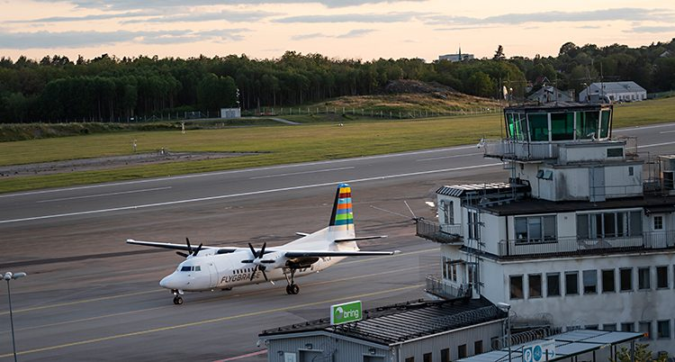 Ett flygplan på en landningsbana på en flygplats.