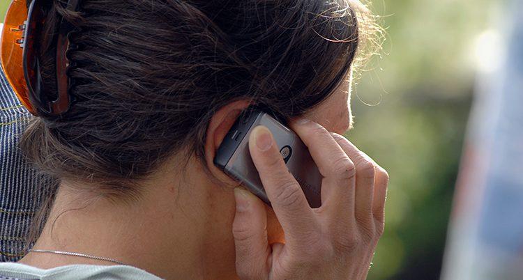 En kvinna talar mobiltelefon.