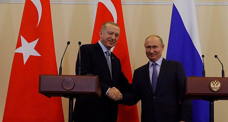 Erdogan skakar hand med Putin.
