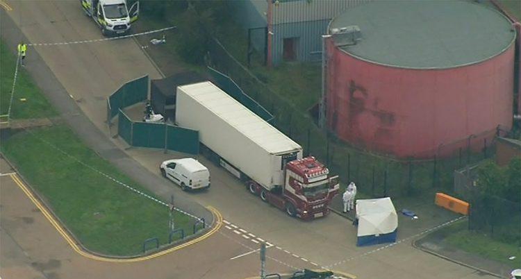 En bild tagen från luften. En lastbil står på en väg. Runt om lastbilen har poliser spärrat av. Man ser också en polisbil och folk som jobbar.