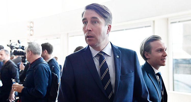 Richard Jomshof har kavaj och slips och tittar åt sidan.