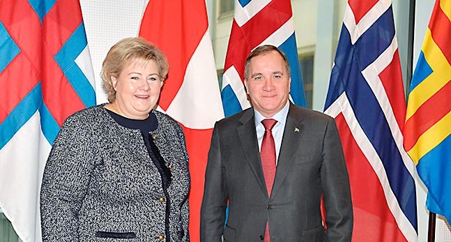 Norges statsminister Erna Solberg och Sveriges statsminister Stefan Löfven. Bakom den syns de nordiska ländernas flaggor.