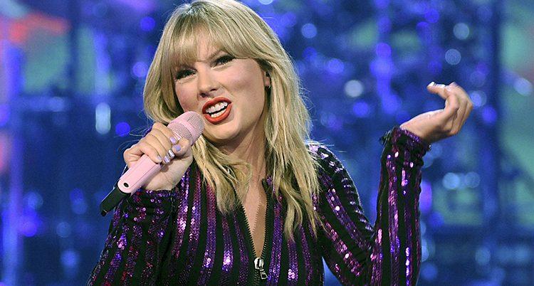 Taylor Swift sjunger i lila glitterdräkt.