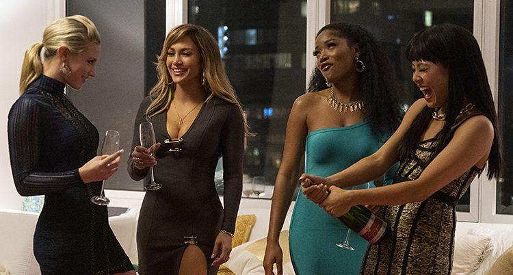 Fyra kvinnor står bredvid varandra. De har champagneglas i händerna.