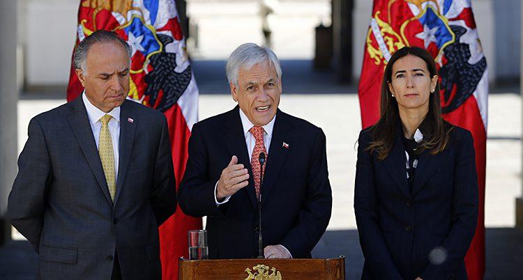 Chiles president talar. Han har kostym och en röd slips.