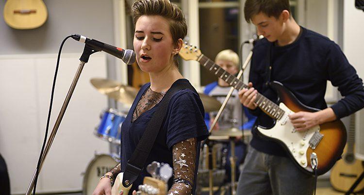 Några elever spelar gitarr i en kulturskola.
