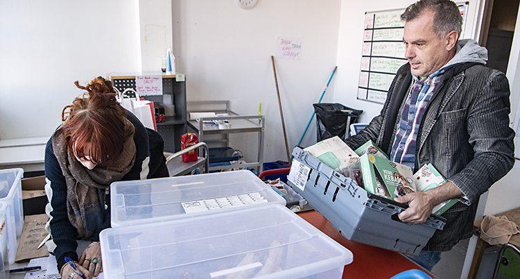 Johanna Anemalm jobbar på banken med mat i Malmö. Här tar hon emot mat som kommer till banken.