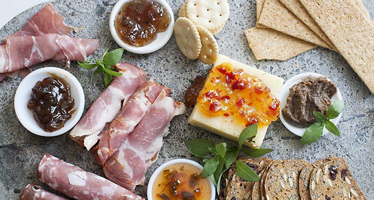 Skinka ost och marmelad på en bricka