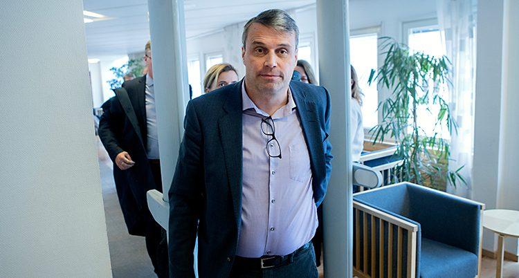 En bild från tingsrätten i Härnösand. Daniel Kindberg har precis gått igenom en larmbåge. Han har på sig en lila skjorta och mörkblå kavaj. I linningen på skjortan hänger ett par glasögon. Han har en sidbena i håret. Mörkt hår med lite stänk av grått i.