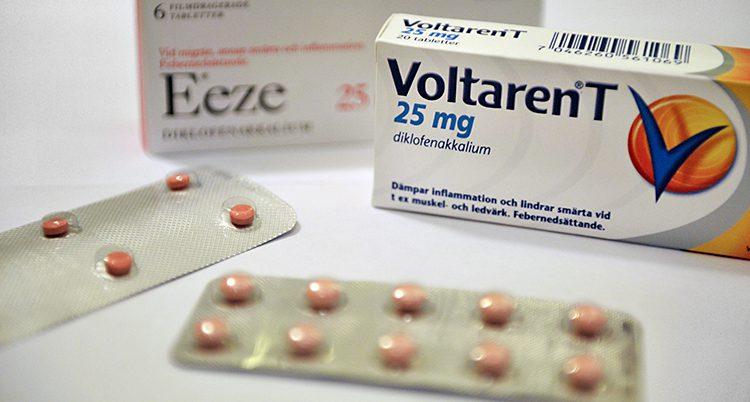 Bild på en ask med tabletter. Det står Voltaren på asken.