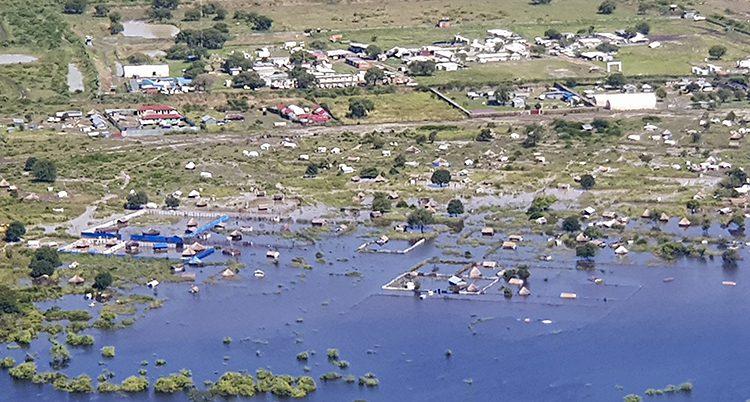 En flygbild som visar översvämningar på landsbygden.
